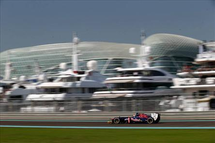 050847beaeb3c Mark Webber da Red Bull começará na pole position do Grand Prémio do Abu  Dhabi depois de se ter qualificado como o mais rápido com o composto P Zero  Yellow ...